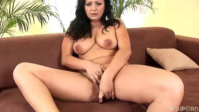 Mature Grace uses a sex tool on herself