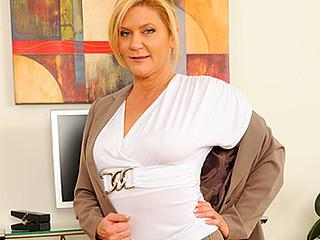 Breasty golden-haired secretary uses a magic wand to masturbate on break