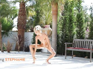 blonde chick showing her gymnastic abilities naked